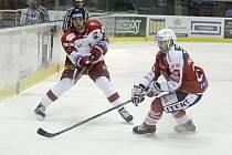 Olomoučtí hokejisté (v bílém) prohráli s Pardubicemi 2:4.