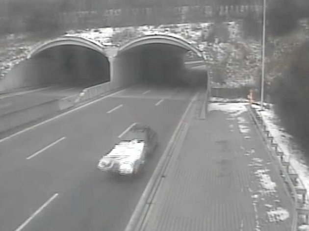 Hledané osobní auto  s přívěsem zachytily po nehodě kamery na dálnici D35