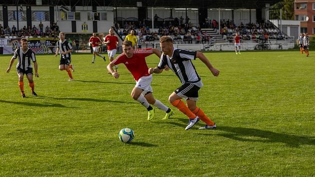 Fotbalisté Hodolan (v pruhované) porazili Červenku 5:1