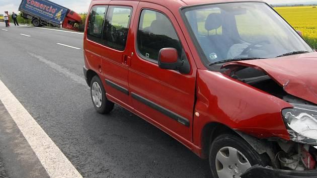Nehoda u Krčmaně zablokovala provoz.