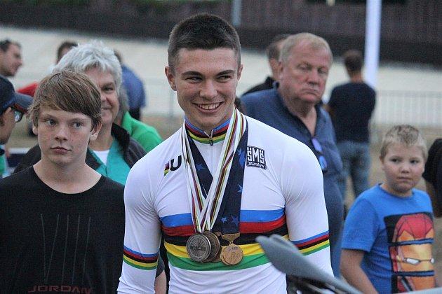 Jakub Šťastný vybojoval ve švýcarském Aigle šest medailí za sebou. Nejprve tři na juniorském MS a další tři na ME. Cenné kovy ukázal v Prostějově.