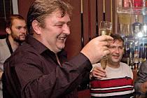 Lídr ANO v Olomouci Milan Feranec slaví se svými kolegy vítězství ve volbách na olomouckou radnici