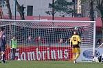 První gól Hlučína v utkání právě dává Michal Galajda (č. 9).