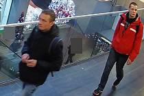 Poznáte muže podezřelé z krádeže elektroniky v olomoucké Galerii Moritz?