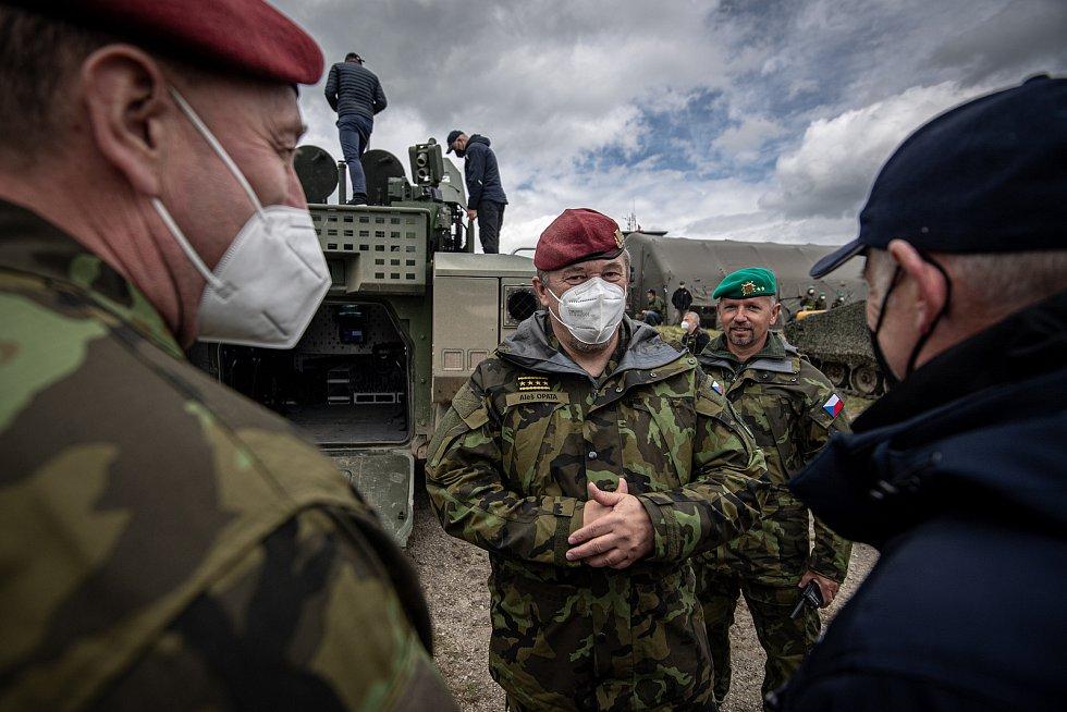 Náčelník Generálního štábu Armády ČR Aleš Opata si prohlíží obrněný vůz ASCOD 42 na mediálním dnu při testování bojových vozidel pěchoty (BVP) z tendru pro českou armádu ve vojenském prostoru Libavá, 27. května 2021.