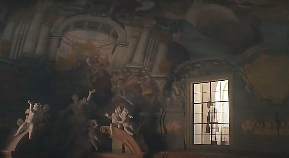 Screen z filmové minisérie Modré stíny. Olomoucký konvikt - kaple Božího Těla