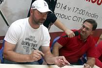 Trenéři Jiří Dopita a Petr Fiala. Autogramiáda olomouckých hokejistů v OC Olomouc City