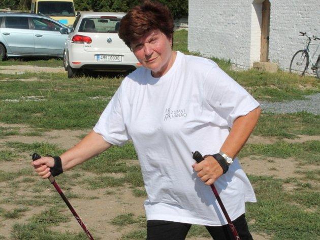 Seniory vyučovala severskou chůzi Marie Záhorová