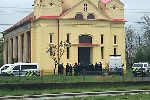 Policie zasahovala v okolí husitského kostela v Chudobíně. Na tamní faře našli mrtvého mladého muže