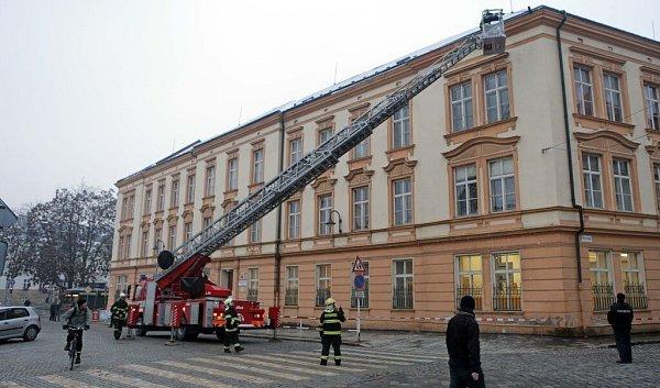 Hasiči sundávají rampouchy a led zbudovy ZŠ sv. Voršily vcentru Olomouce