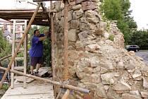 V areálu Střední průmyslové školy v Uničově probíhá oprava hradeb