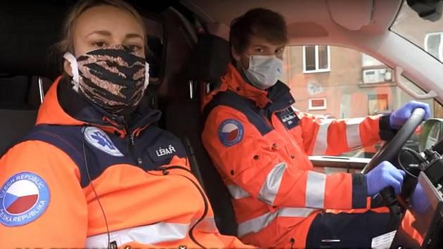 Zůstaňte doma, spolu to zvládneme! vyzývají ve videu záchranáři, policisté, hasiči a zdravotníci z Olomouckého kraje