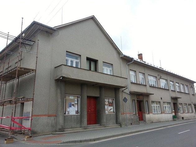 Společenský dům ve Velkém Týnci na Olomoucku se už brzy ukáže vnovém kabátě. Nátěr fasády už je téměř hotový.