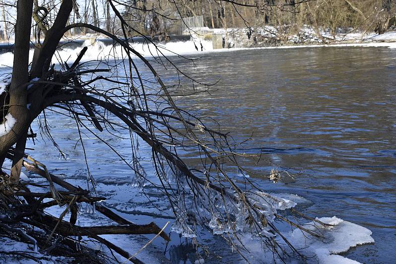 Hučící voda a ledové krápníky na jezu Nové Mlýny na řece Moravě.