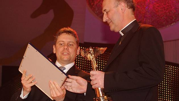 Olomoucký arcibiskup Jan Graubner přebírá sošku Anděla.