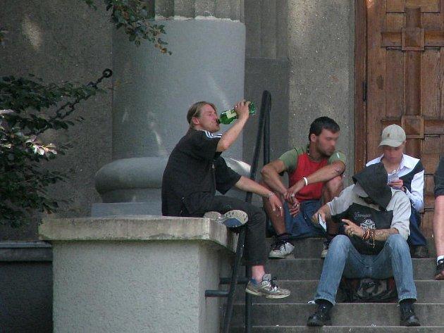 Popíjení na veřejnosti. Ilustrační foto