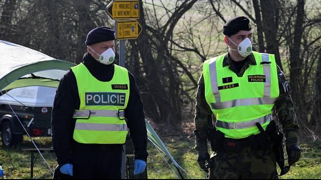 V minulosti vláda přistoupila k uzavření dvou obcí - Litovle a Uničova. Příjezdy tehdy hlídala policie.