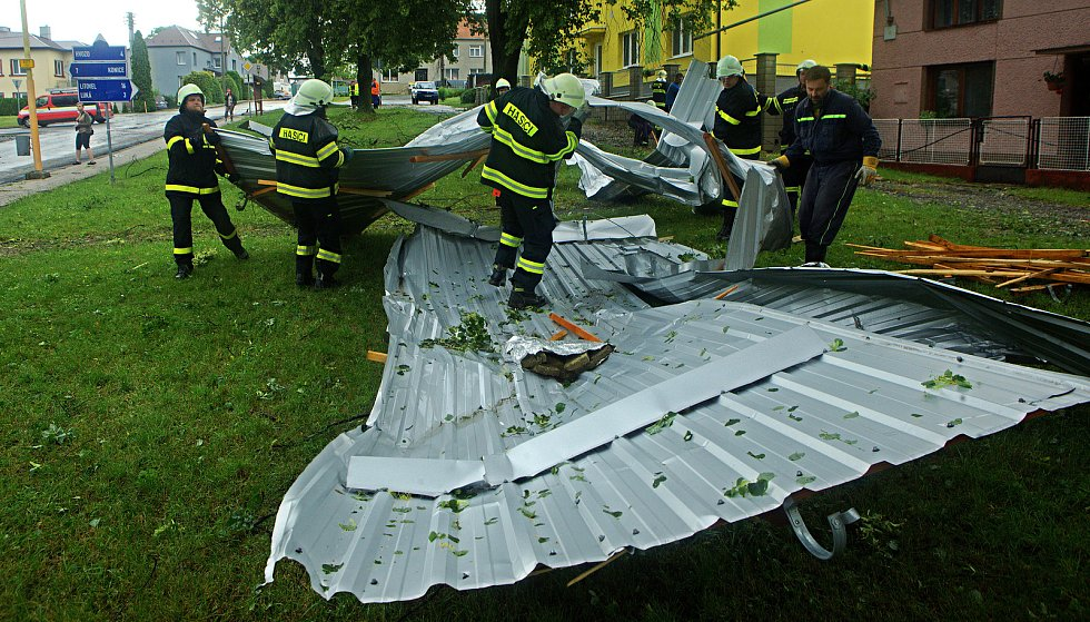 Bohuslavice - vichr strhl střechu paneláku a voda vyplavila  byty. Následky bouřky 1.7.2019