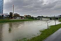 Řeka Morava na 2. stupni povodňové aktivity v Olomouci u univerzitních kolejí, 16. října 2020