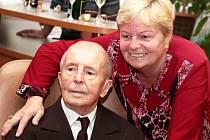 Josef Dražný se narodil roku 1913. Ve středu ráno své sté narozeniny oslavil spolu s dcerou a spolubydlící z Domova seniorů v olomouckých Chválkovicích. (na snímku s dcerou)