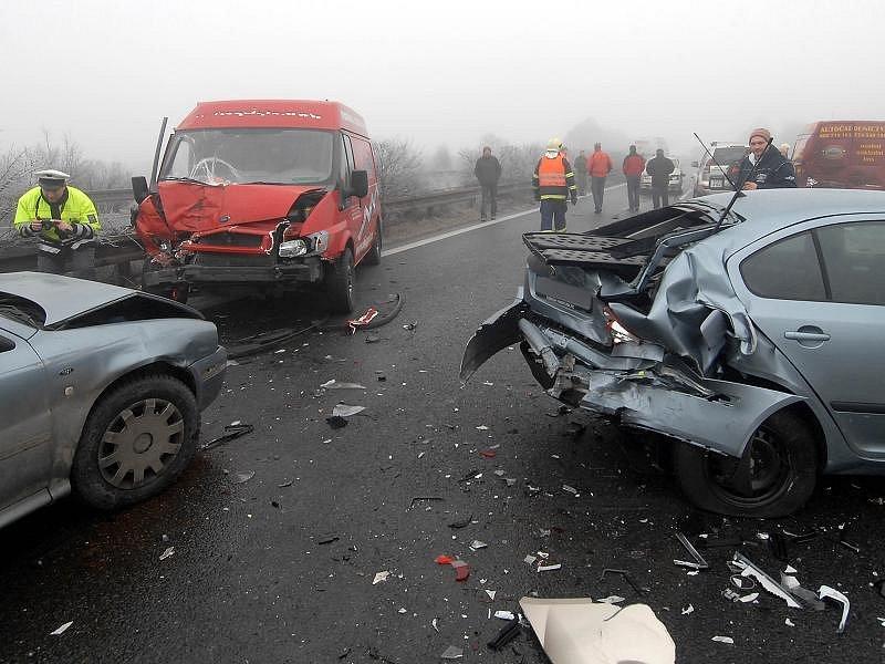 Hromadná srážka asi třiceti aut na dálnici Olomouc - Prostějov.
