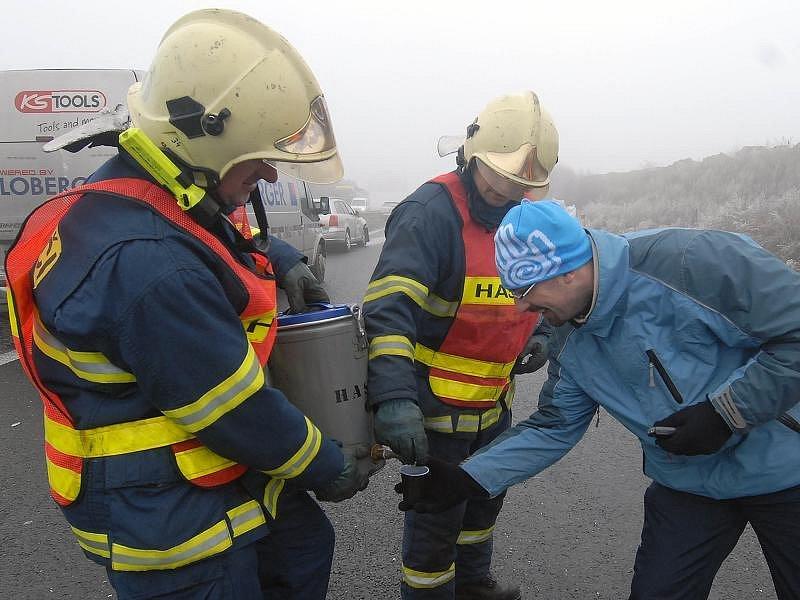 Hasiči rozdávali účastníkům nehody teplý čaj.