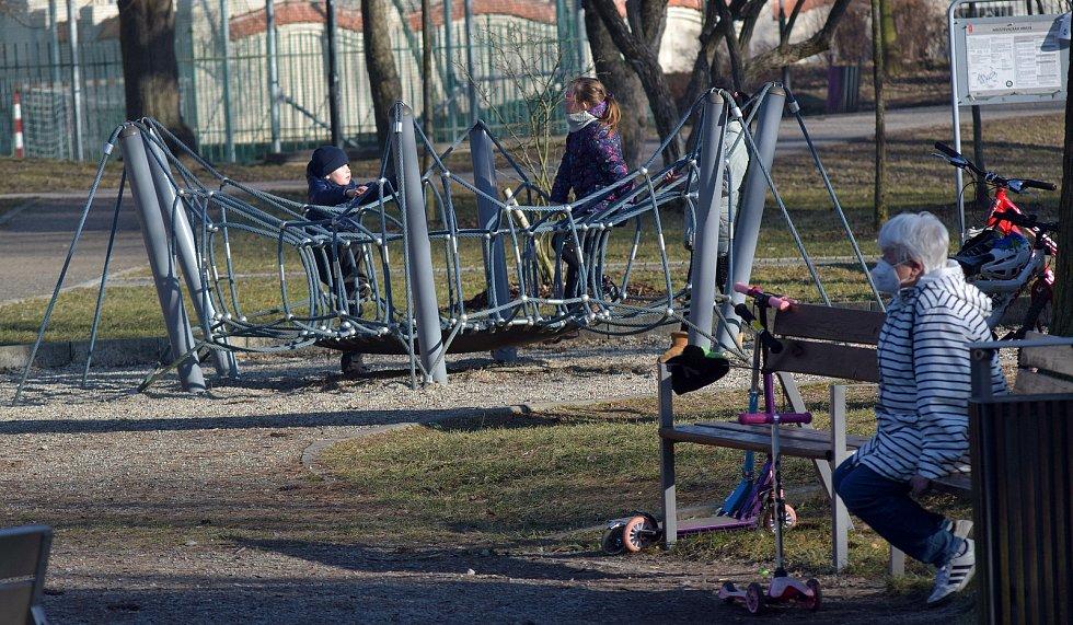 Dětské hřiště v Čechových sadech v Olomouci. 2. března 2021