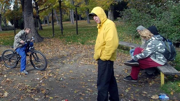 Ml.ádež by mohla v parku najít více vyžití.