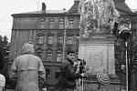 Příprava na odlet olomouckého pomníku Stalina a Lenina do teplých krajin (na dnešním Palachově náměstí)