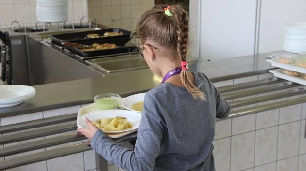 I děti ze sociálně slabších rodin mohou chodit na obědy se svými spolužáky - Ilustrační foto