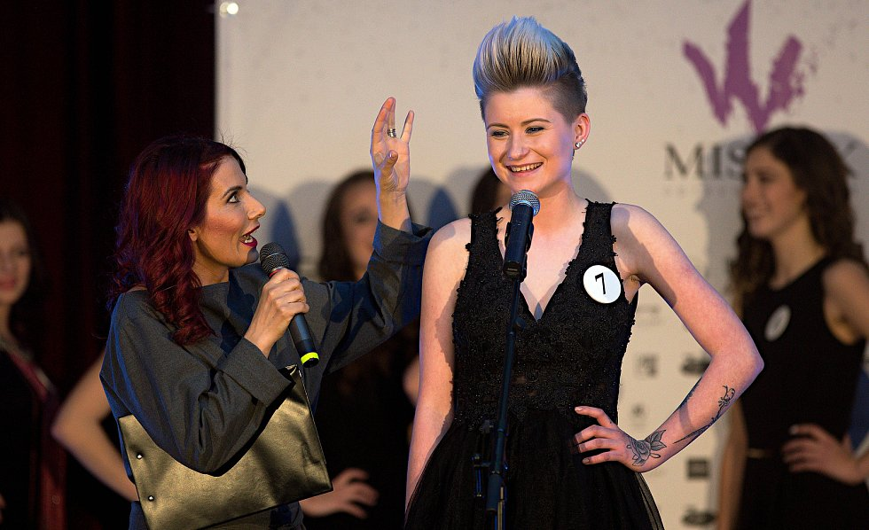 Eva Decastelo (vlevo) a Aneta Sokelová. Semifinále 6.ročníku soutěže Miss OK ve Velké Bystřici.