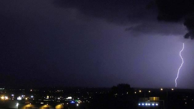 Noční bouřka v pondělí 6.8. 2012 nad Hanou