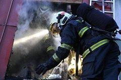 Požár chatky v Dolanech způsobil škody za statisíce.