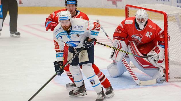 Mora (v červeném) v domácím souboji proti Plzni.