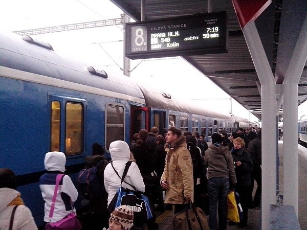 Na spoj IC 540do Prahy čekali cestující na hlavním olomouckém nádraží téměř hodinu. Souprava nakonec dojela, tažená dieslovou lokomotivou. Doprava na železnici je ochromená a České dráhy avizují, že budou nejen do hlavního města vypravovat pouze omezený