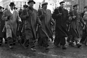 Pochodující Dělnické milice - bojové, ozbrojené jednotky KSČ - v únoru 1948