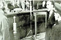 Kuneš Sonntag. Student litovelského gymnázia (vpravo) svědčící v pražském soudním procesu proti státnímu ministru pro Protektorát Čechy a Morava Karlu Hermannu Frankovi (vlevo), který byl popraven v roce 1946.