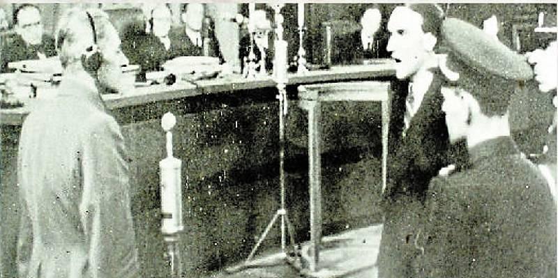 Kuneš Sonntag. Student litovelského gymnázia (vpravo) svědčící v pražském soudním procesu proti státnímu ministru pro Protektorát Čechy a Morava Karlu Hermannu Frankovi (vlevo), který byl popraven v roce 1946