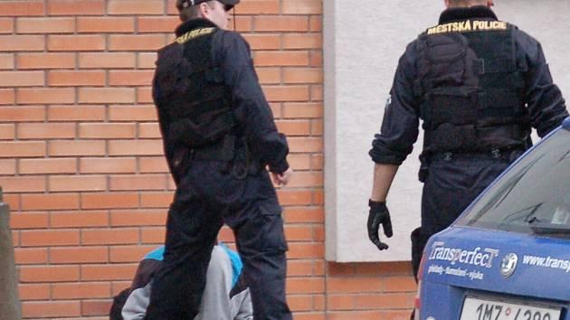 Strážnici muži nasadili pouta a předali ho policistům.