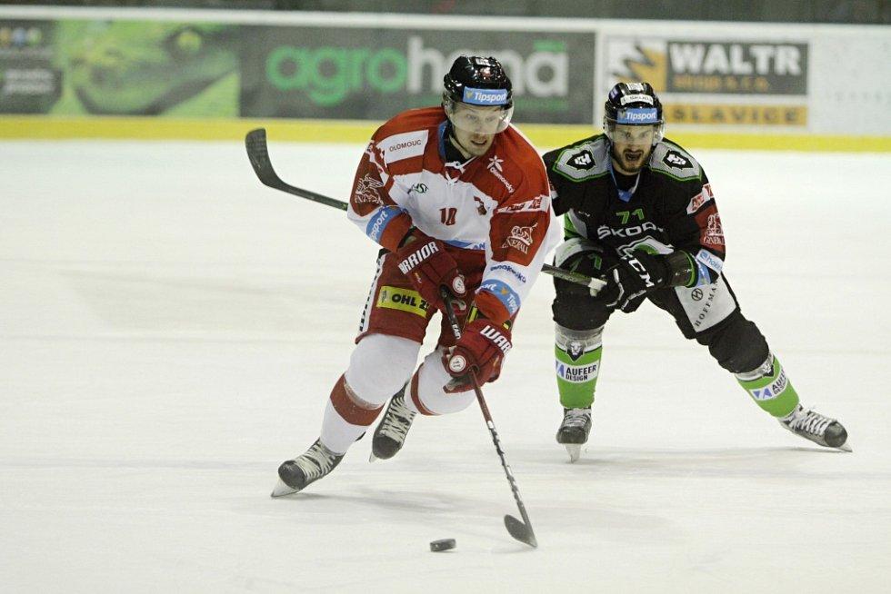 Olomoučtí hokejisté (v bílém) podlehli Mladé Boleslavi 2:4. Miroslav Holec (vepředu) a Tomáš Hyka.