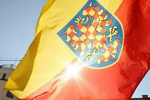 Jedna z variant vlajky Moravy, se žluto-červenou bikolórou. Ilustrační foto.