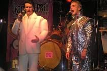Always On My Mind od Elvise Presleyho. Procítěnou coververzi zpívá František Skála (vlevo) za asistence Tomáše Hanáka.