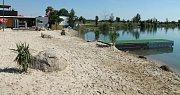 Písečná pláž, molo a zázemí v pískovně Náklo