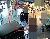 Neznámá žena, která měla v Olomouci platit ukradenou platební kartou
