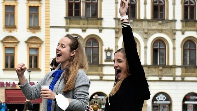 Představení před budovou Moravského divadla na Horním náměstí, 7. 5. 2021