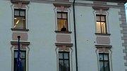 Národní centrála proti organizovanému zločinu zasahovala ve středu 11. dubna na několika místech Česka včetně Olomouce. Na olomoucké radnici probíhal zásah celý den, ještě večer po setmění se za rozsvícenými světly něco dělo.