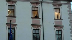 Národní centrála proti organizovanému zločinu zasahovala ve středu na několika místech Česka včetně Olomouce. Na olomoucké radnici probíhal zásah celý den, ještě večer po setmění se za rozsvícenými světly něco dělo.