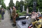 Uložení urny plukovníka Krátkého do rodinné hrobky v Olomouci