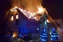 Velký požár zcela zničil opravený dům v Rohli