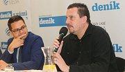 Psycholog Petr Hroch (vpravo) a ředitel redakcí Deníku Martin Nevyjel. Debata Deníku s olomouckým primátorem Miroslavem Žbánkem